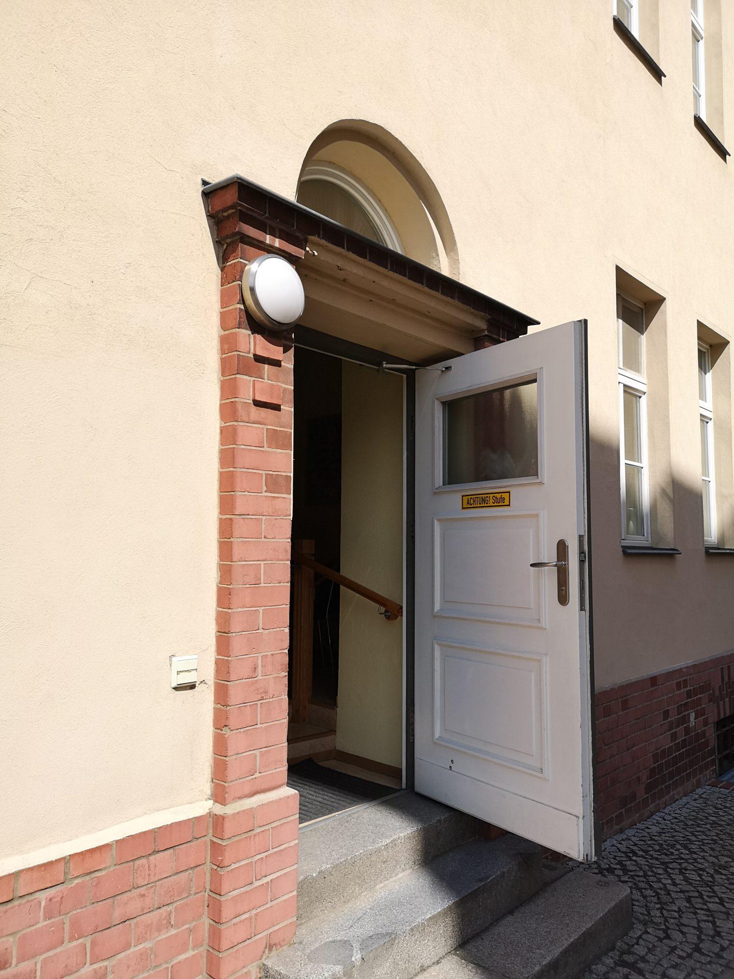 Herein - der Eingang ist an der Seite des Gebäudes (Ecke Karl-Marx-Straße/Richard-Sorge-Straße)
